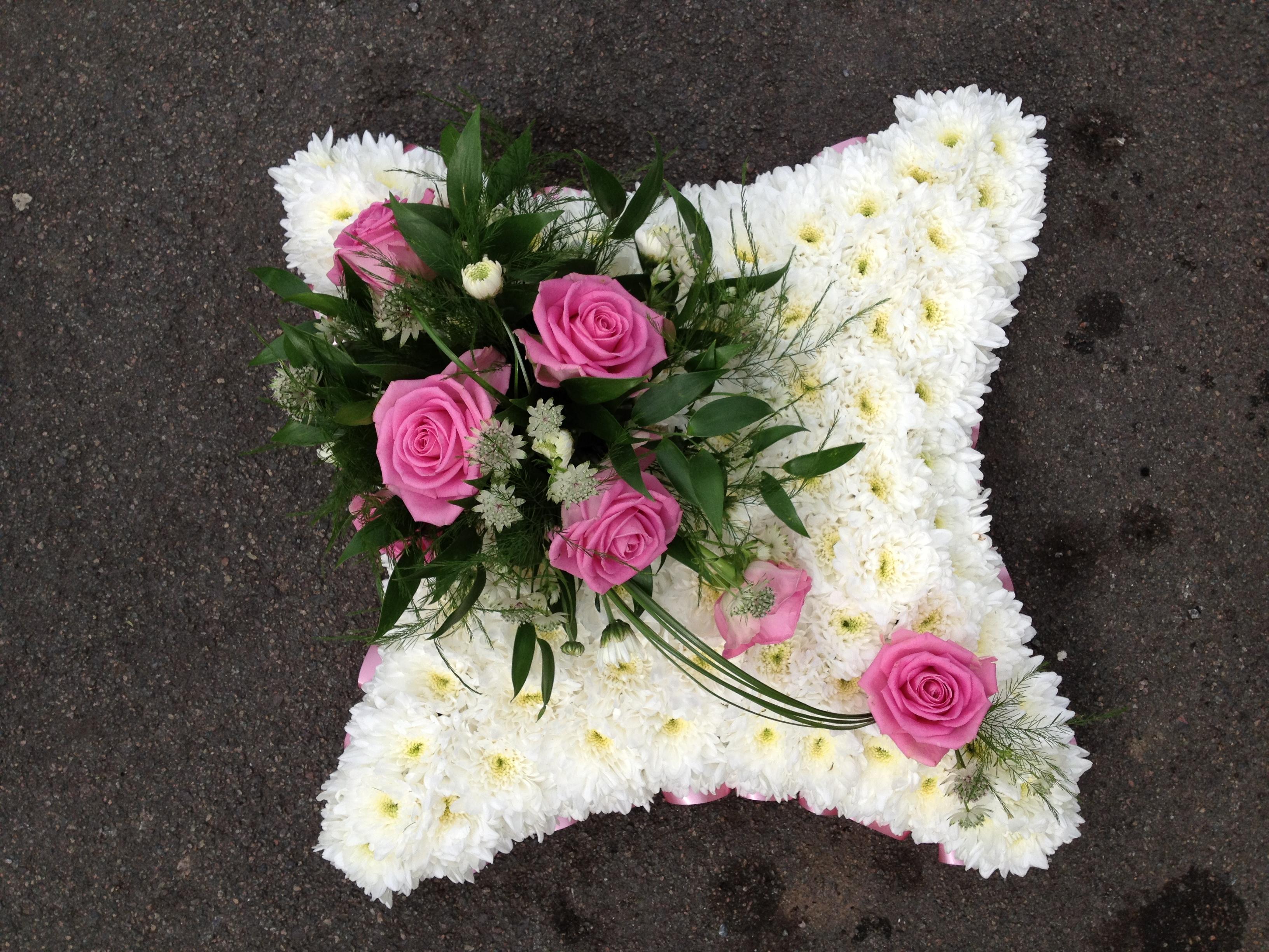 hvit blomsterpute til begravelse