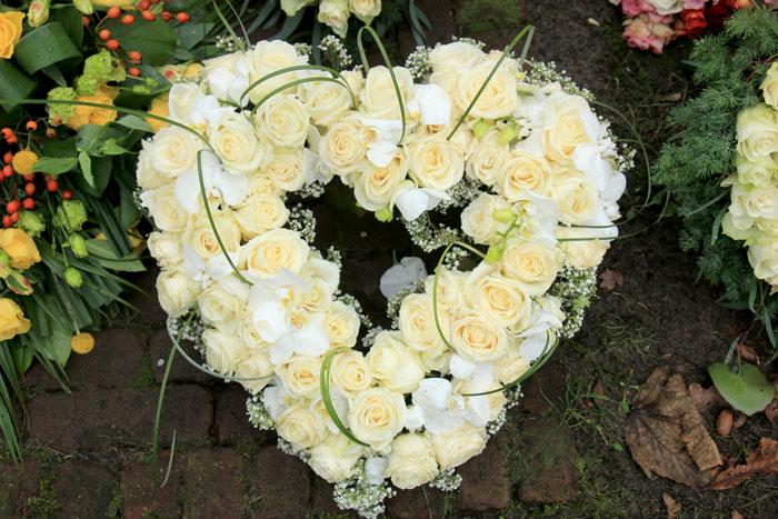blomsterhjerte i hvite og lysegule roser