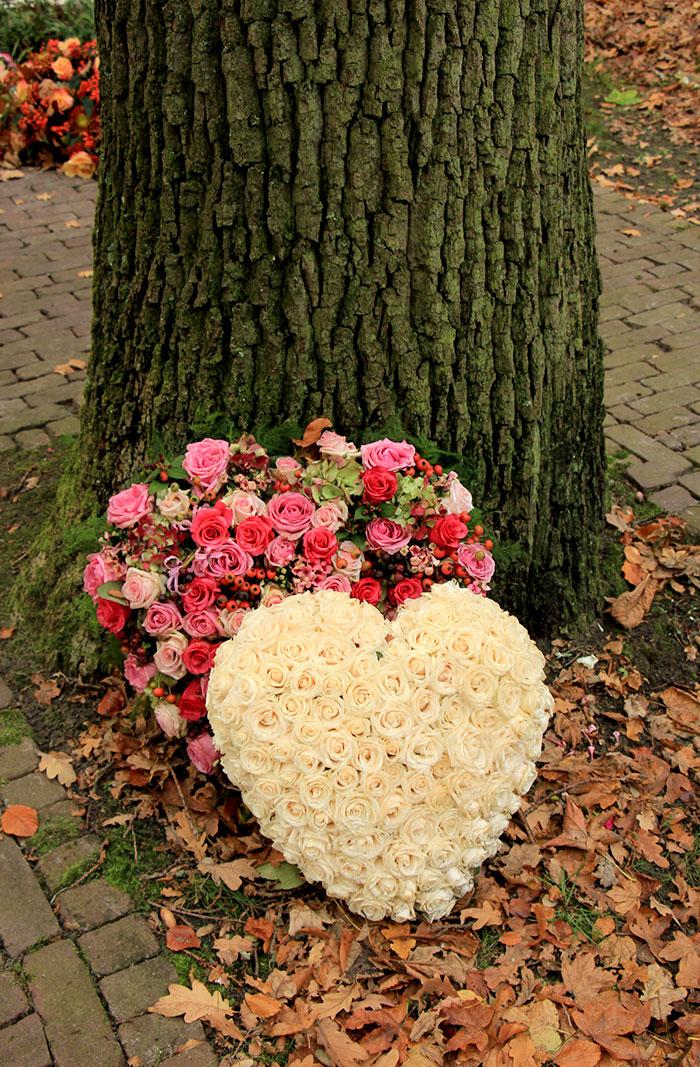 to blomsterhjerter laget av roser